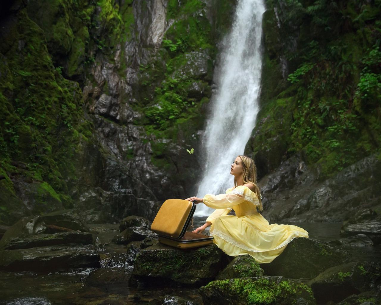 рыжая девушка возле водопада предлагаем клиентам