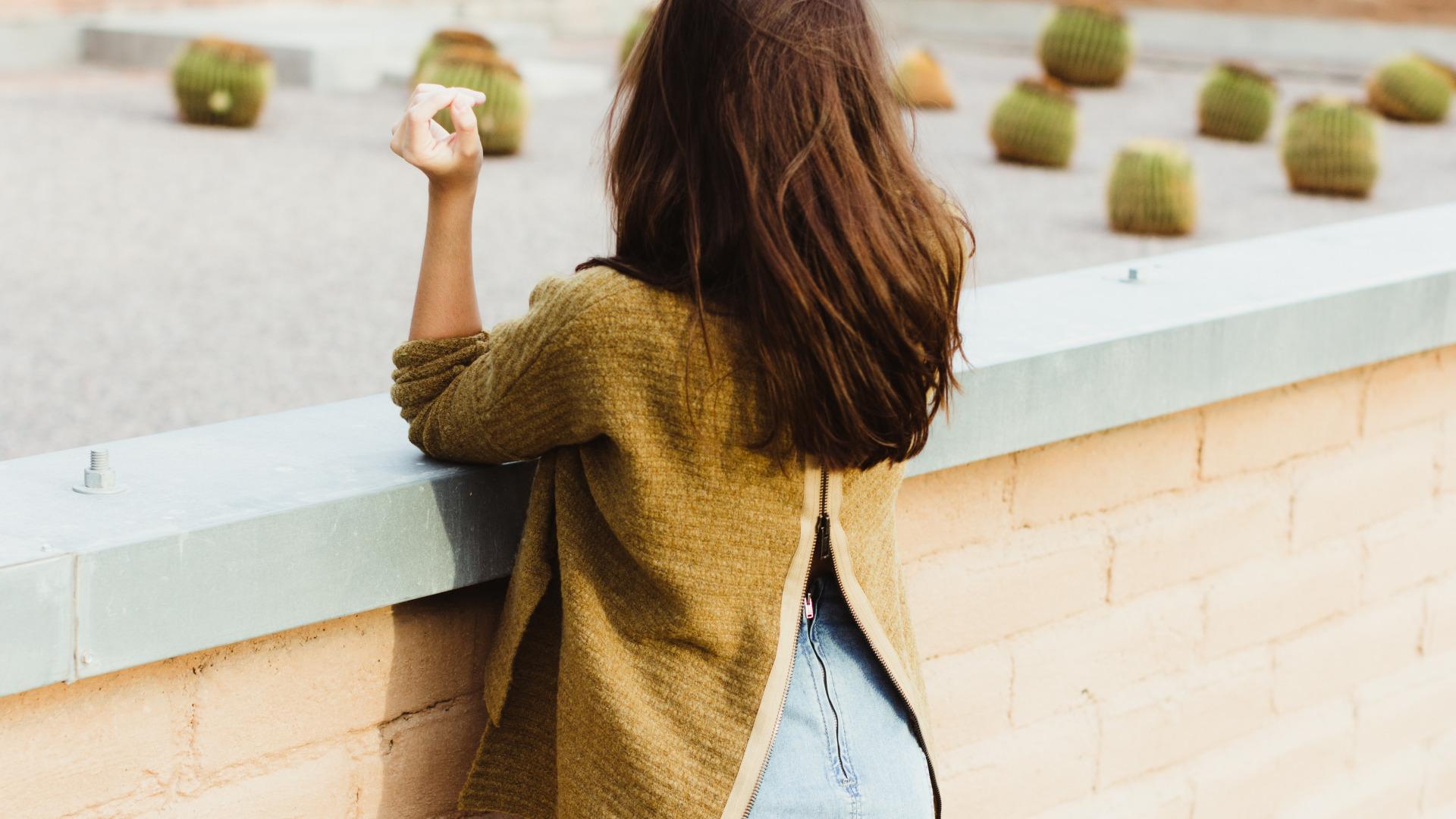 Картинки девушки шатенка спиной