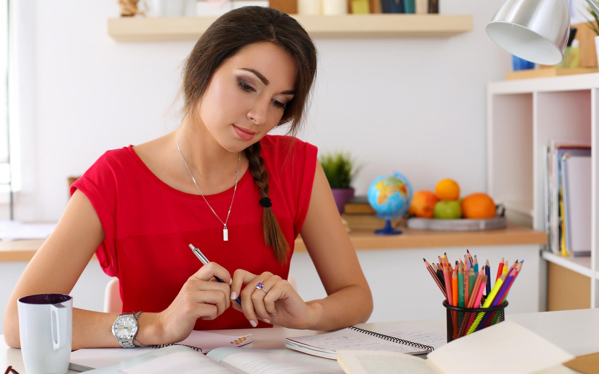 Девушка пишет в картинках