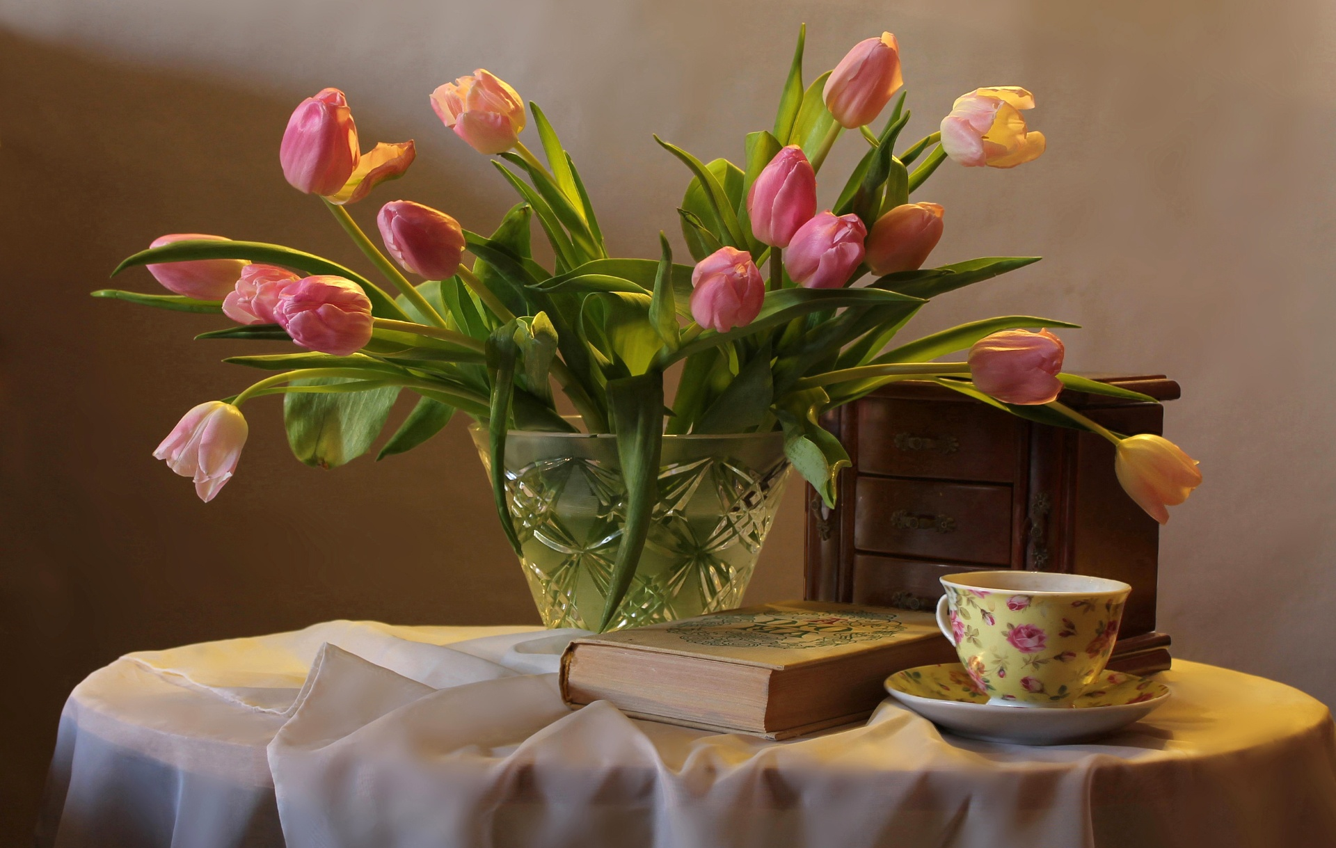 Открытка тюльпаны в чашке, отправить