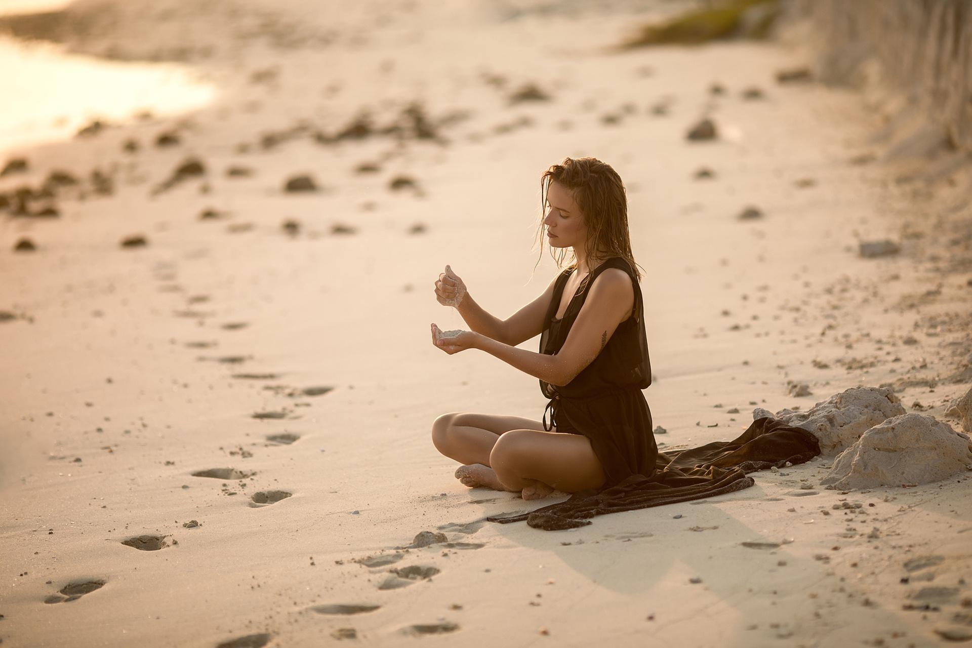 Картинка девушка с песком