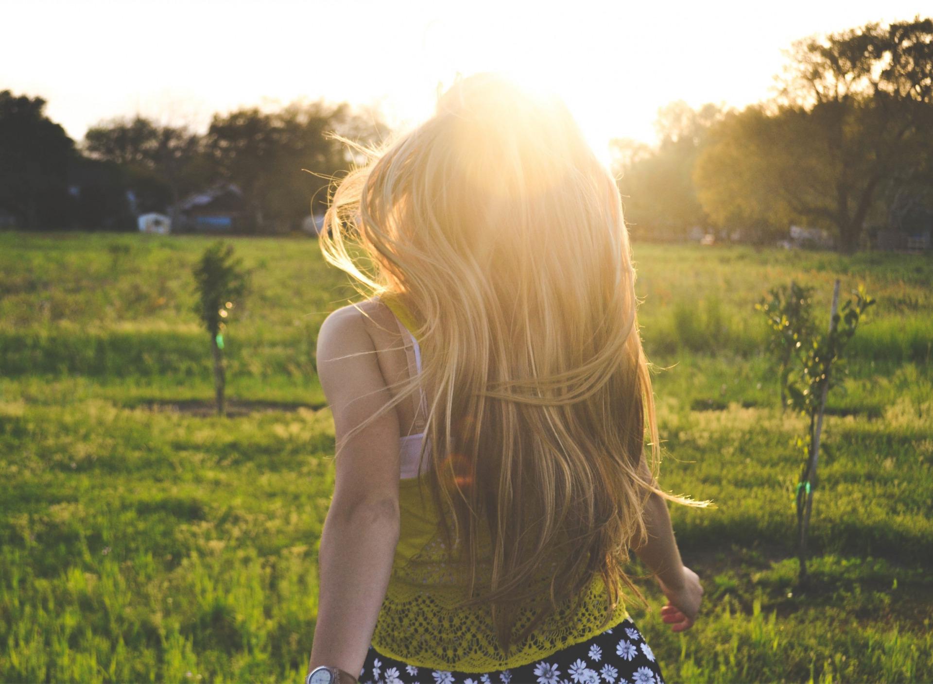 Девушки со спины со светлыми волосами ночью