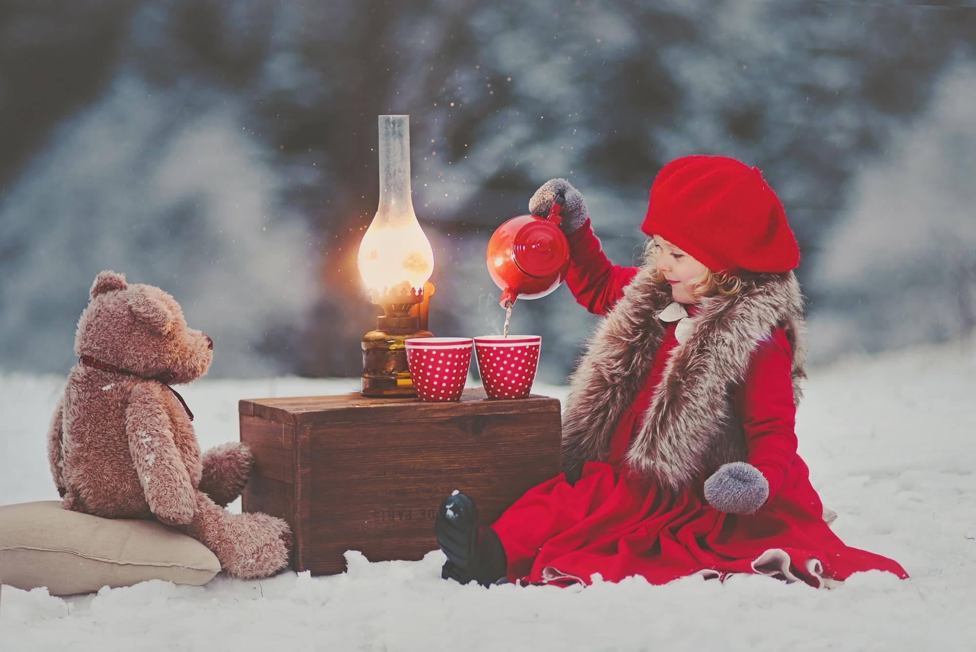 предлагаем новогодние картинки люди в снегу дороге