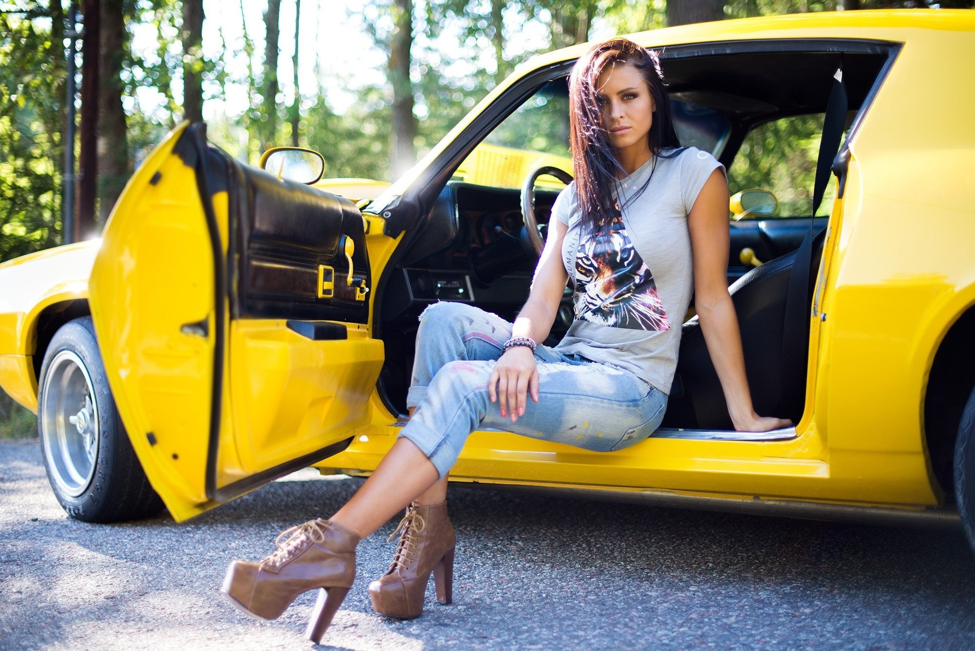 образ певицы красивые фото людей и автомобили концерта сопровождается двумя