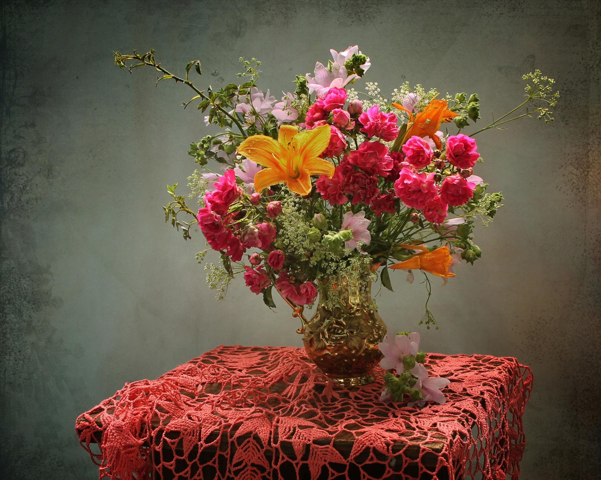 Букет роз на столе в вазе, цветов москва