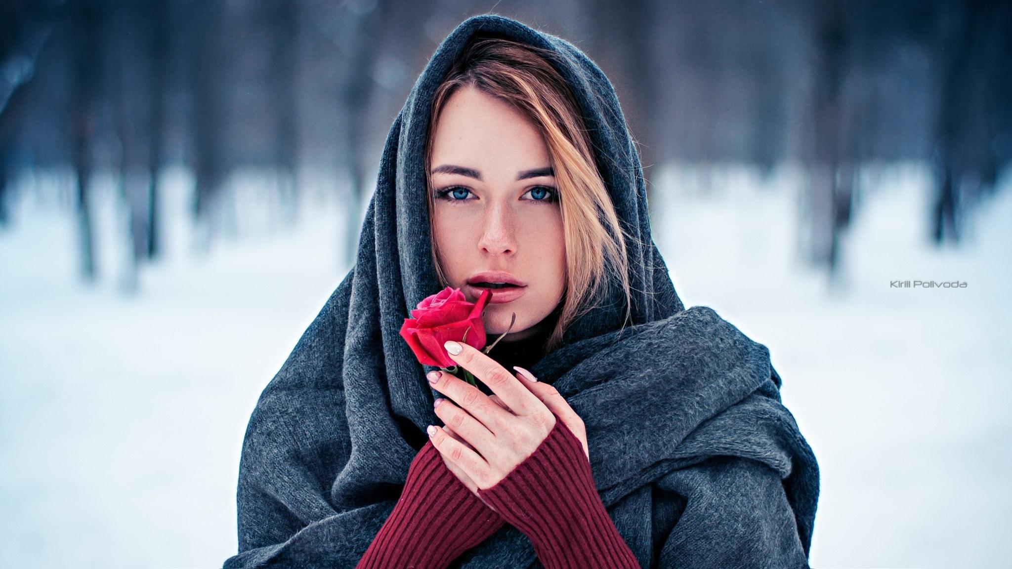 Фото девушек в платках с боку