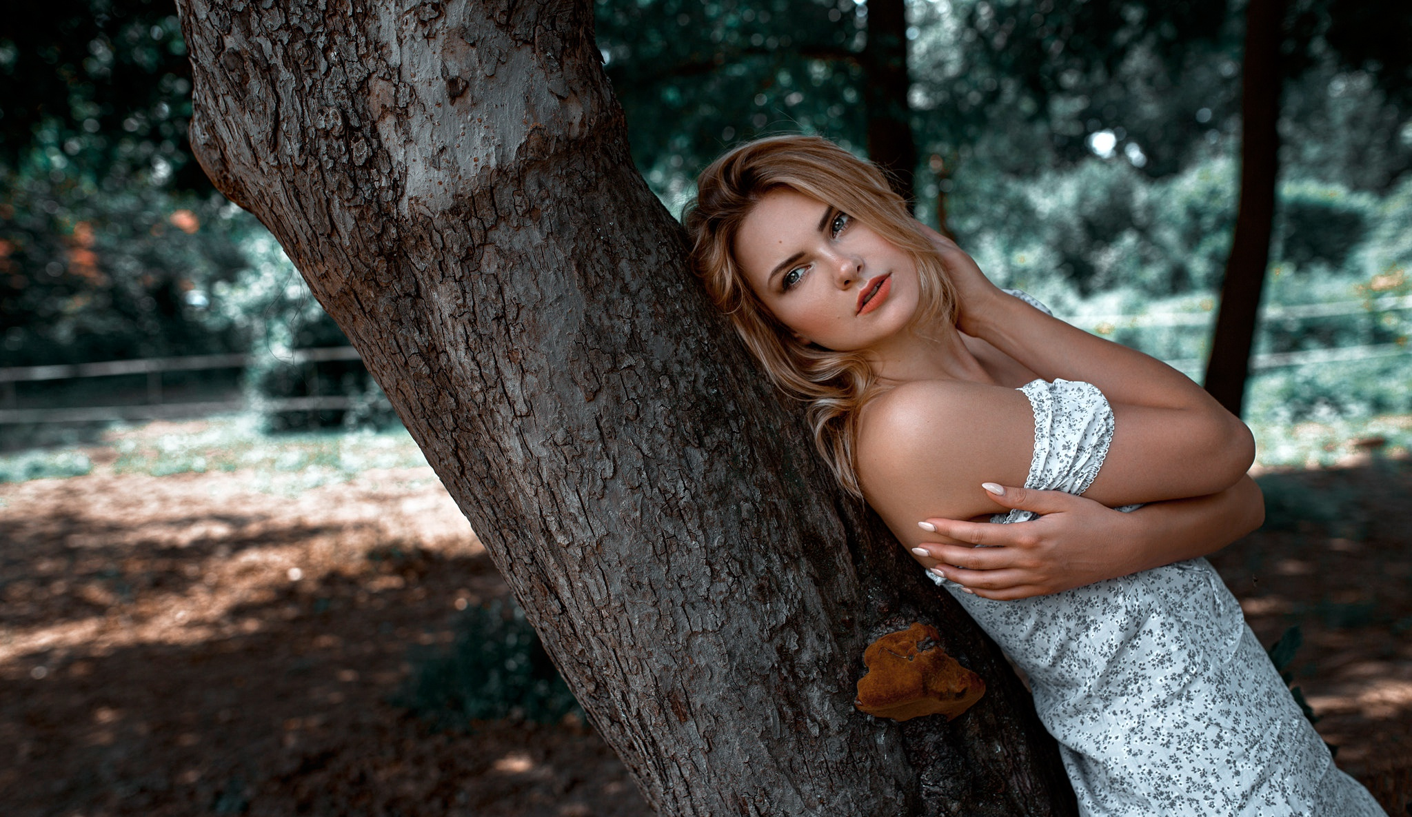 https://img4.goodfon.ru/original/2048x1185/c/1b/damian-piorko-carla-sonre-krasotka-blondinka-model-stoit-u-d.jpg