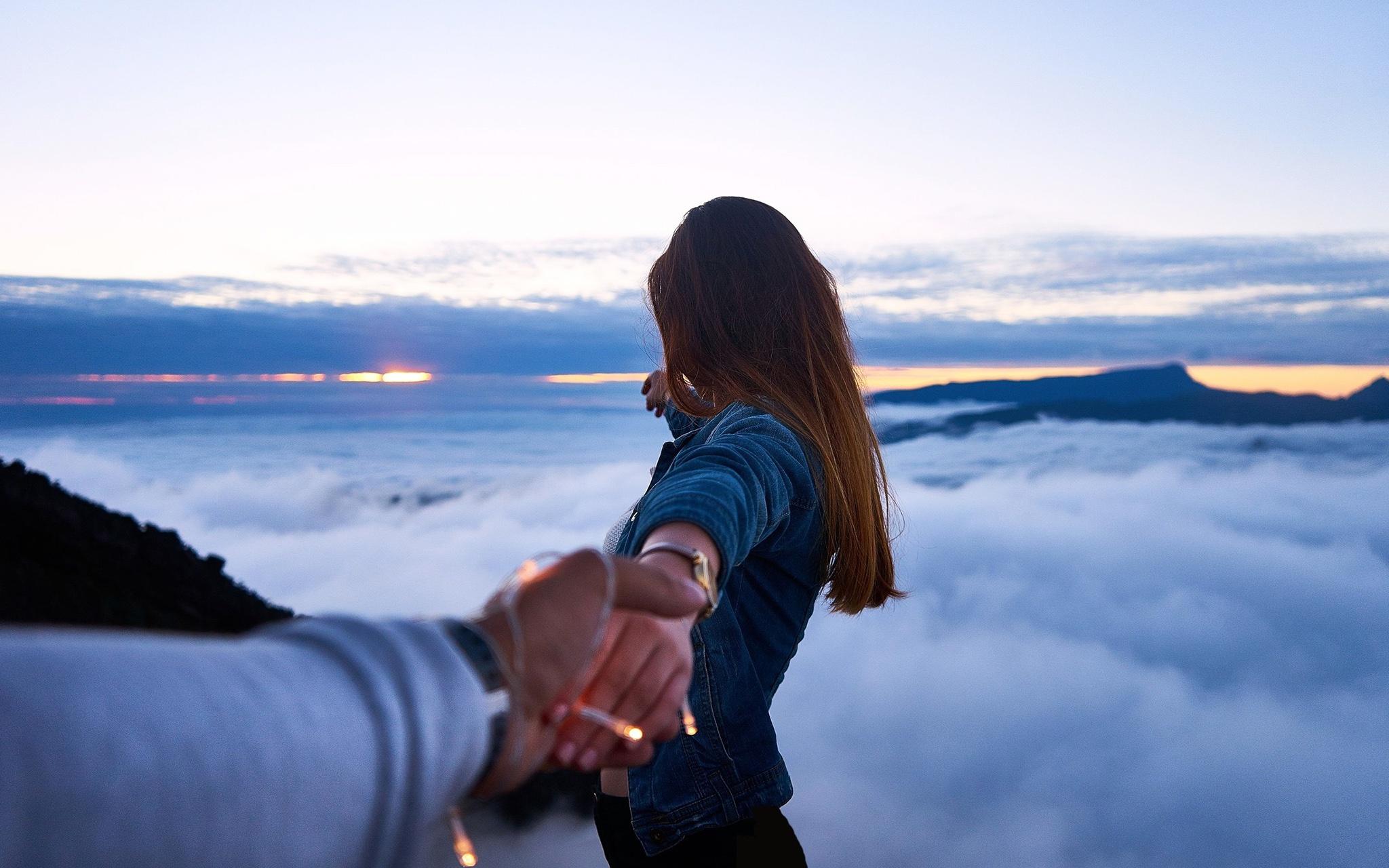 Картинки девушка тянет руки к парню