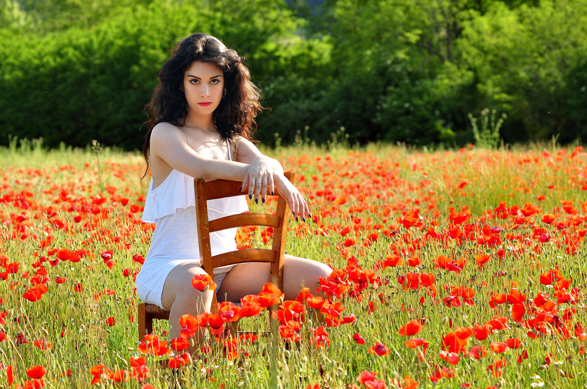 Девушка на поле с цветами фото