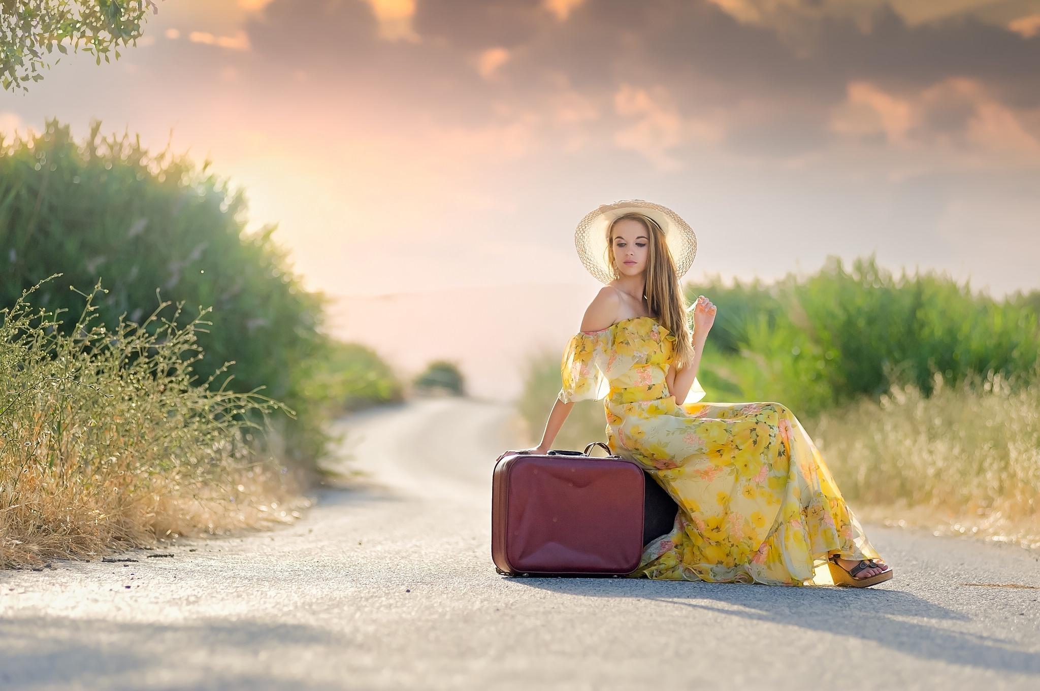 дом дверь чемодан женщина  № 3388062 бесплатно