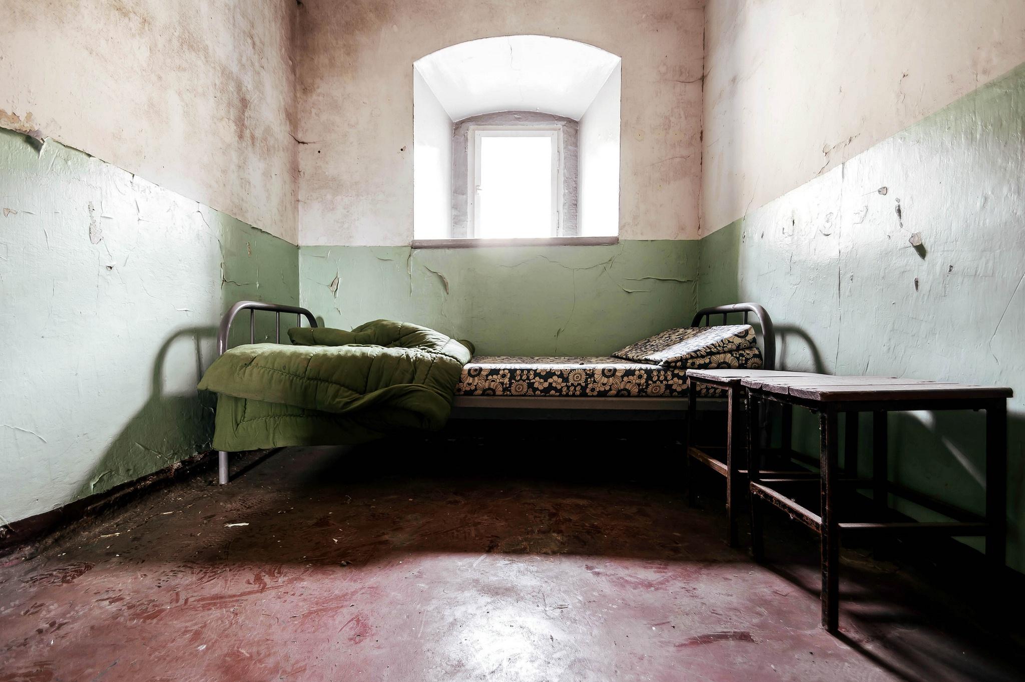 Фото стола в тюремной камере — pic 12