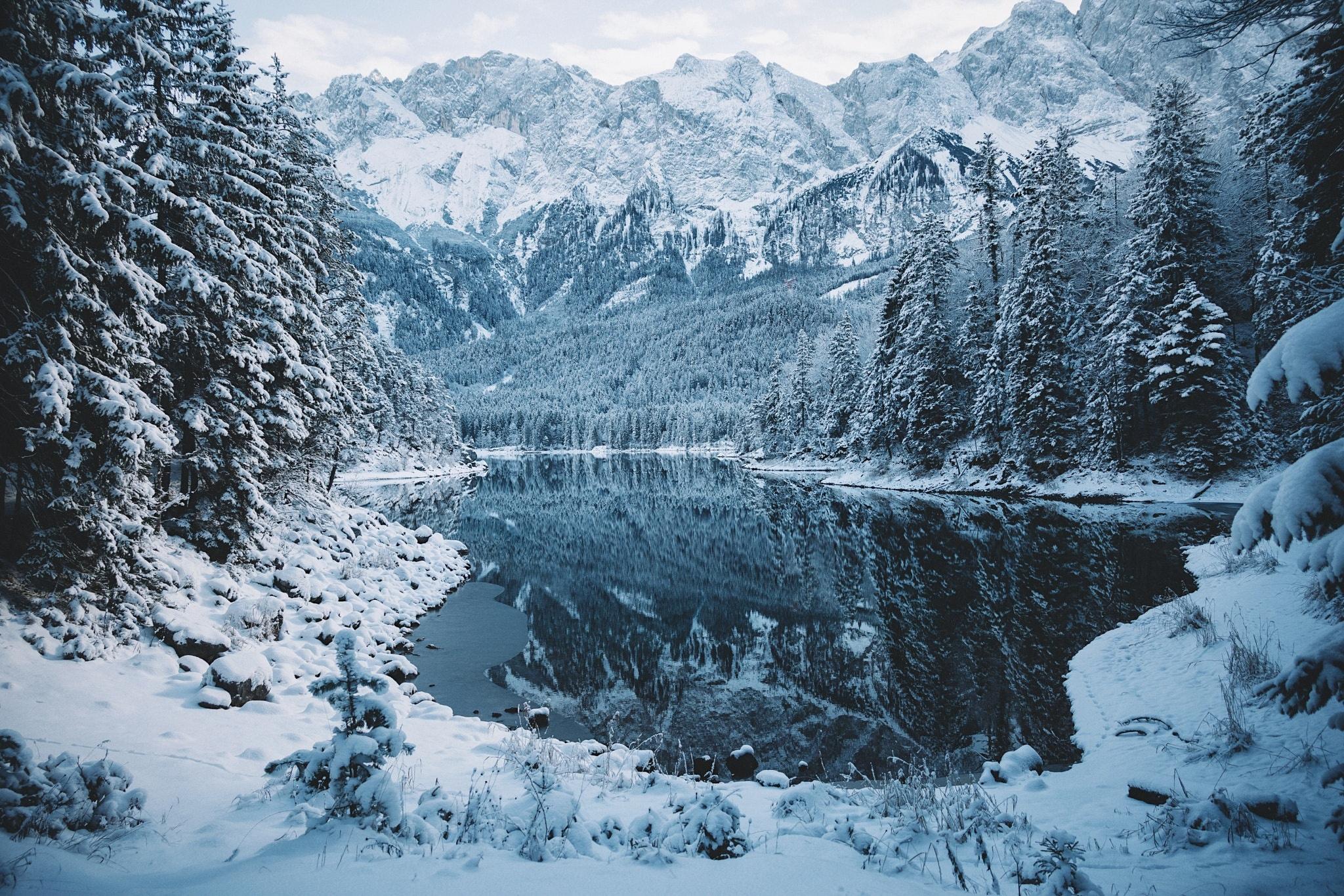 обои на рабочий стол зима в горах с озером № 201929 загрузить