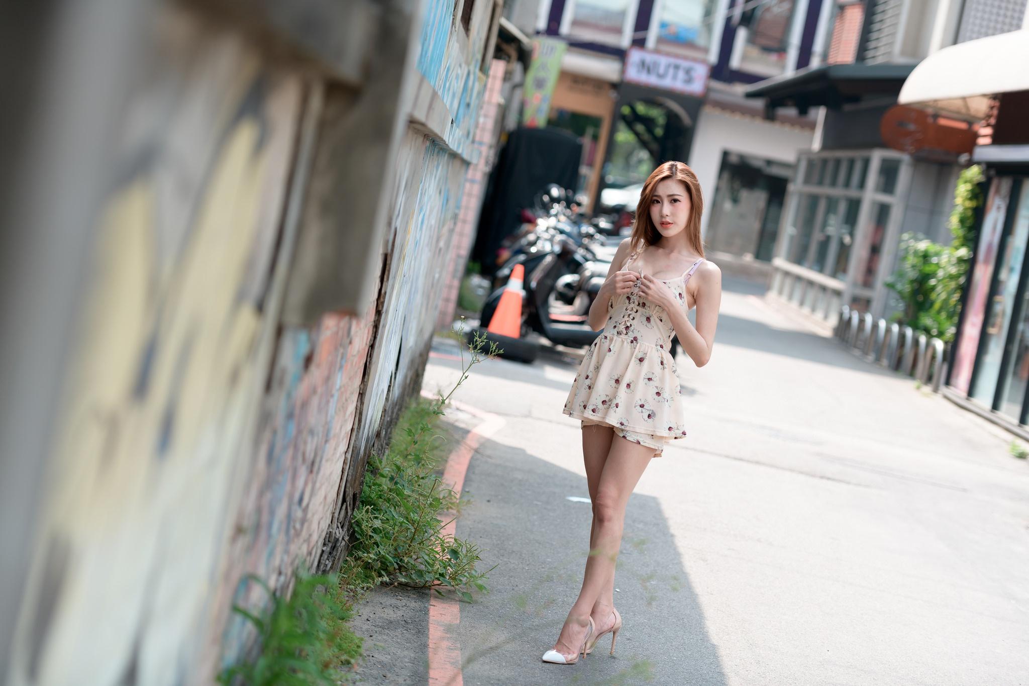 полюбившихся кроп-топов женские ноги на улицах города летом фото смену