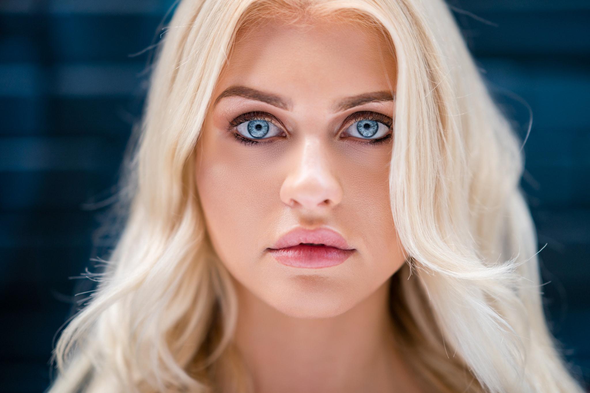 tupaya-goluboglazaya-blondinka