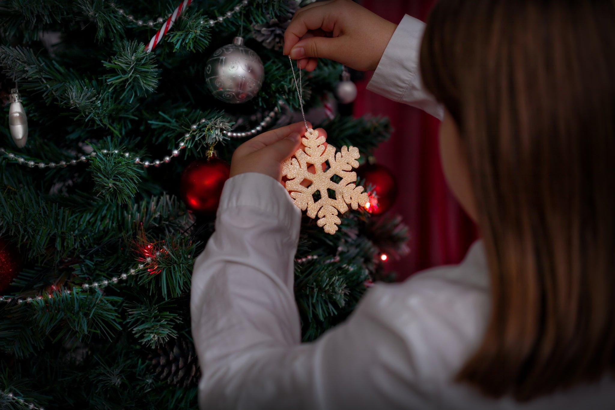 Украшаем елку бусами и бижутерией из собственной шкатулки с