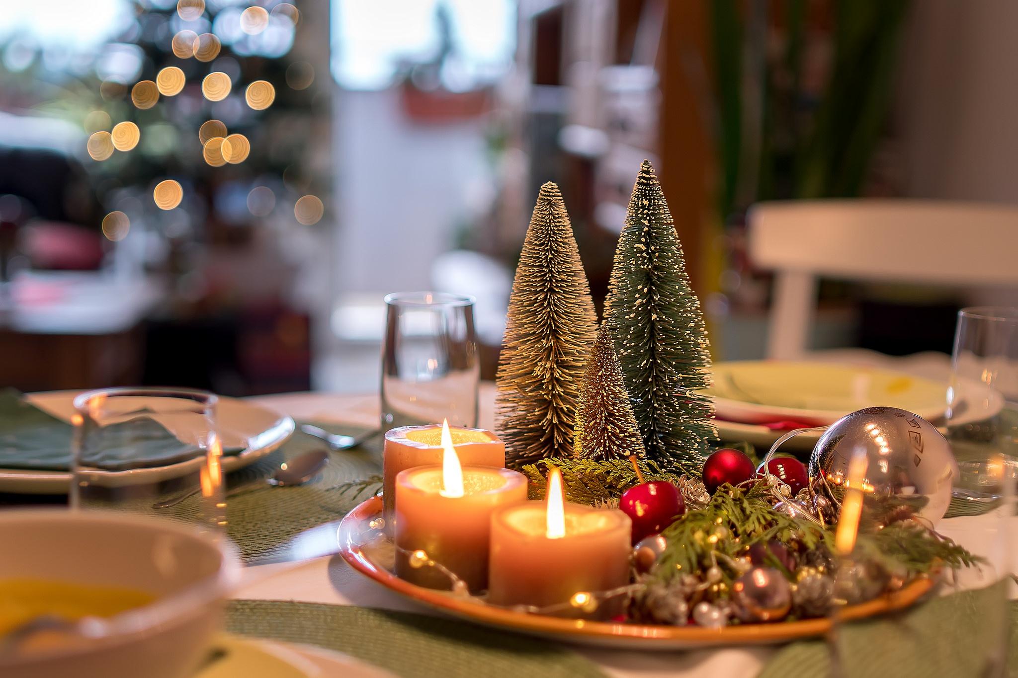 Картинка новогоднего стола и елки