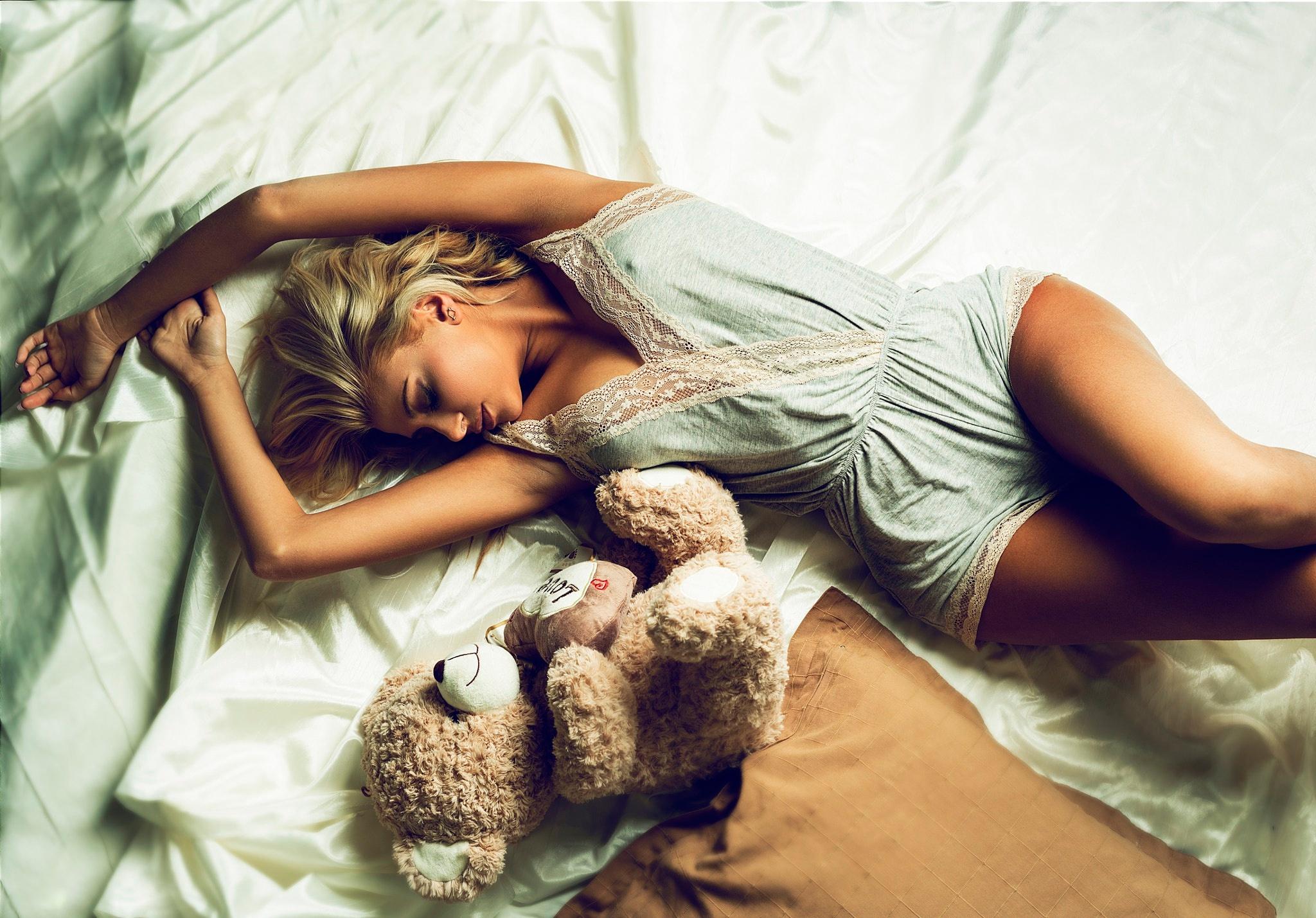 Я лежу на кровати картинки