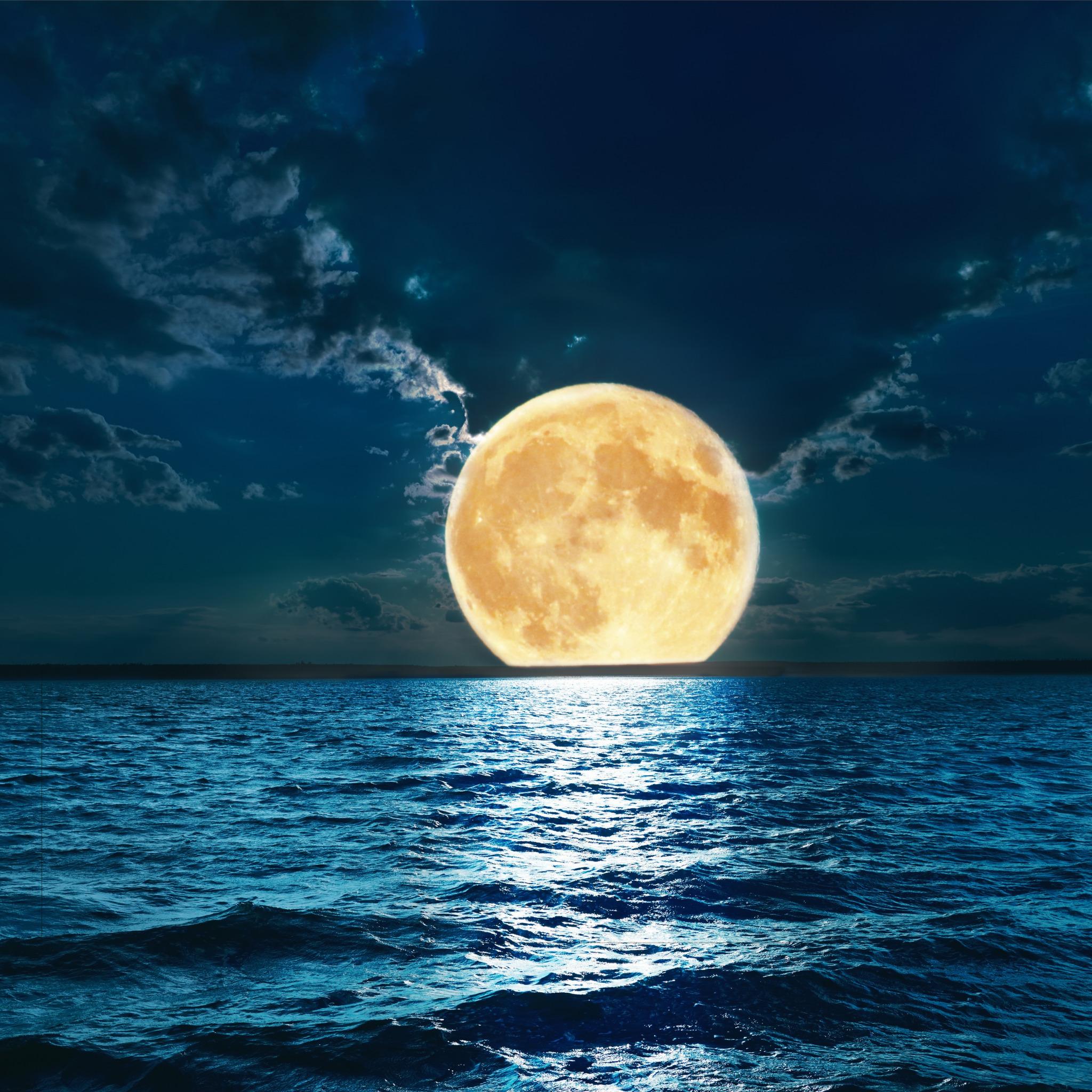 Луна над водой картинка