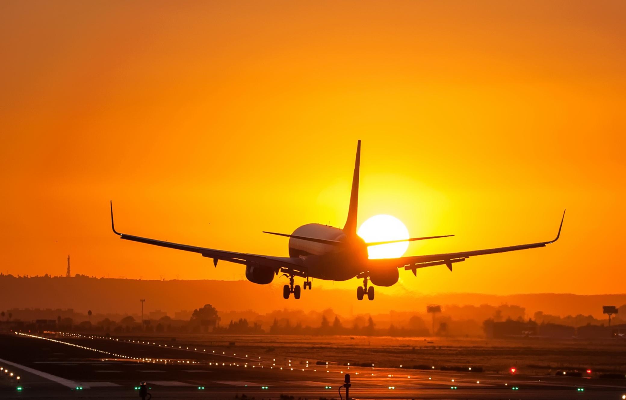 Врезавшийся в дом самолет, его падение или видеть, как он разбивается (упал) в дом, это к болезни, которая появиться внезапно и будет для вас серьезным испытани.