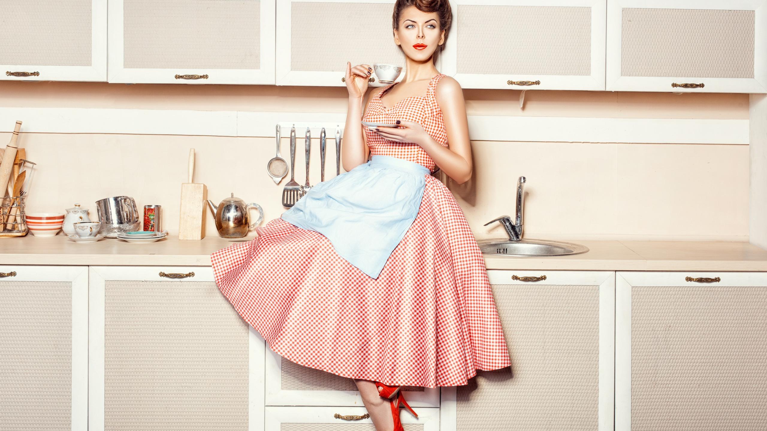 Днем, картинки девушка на кухне