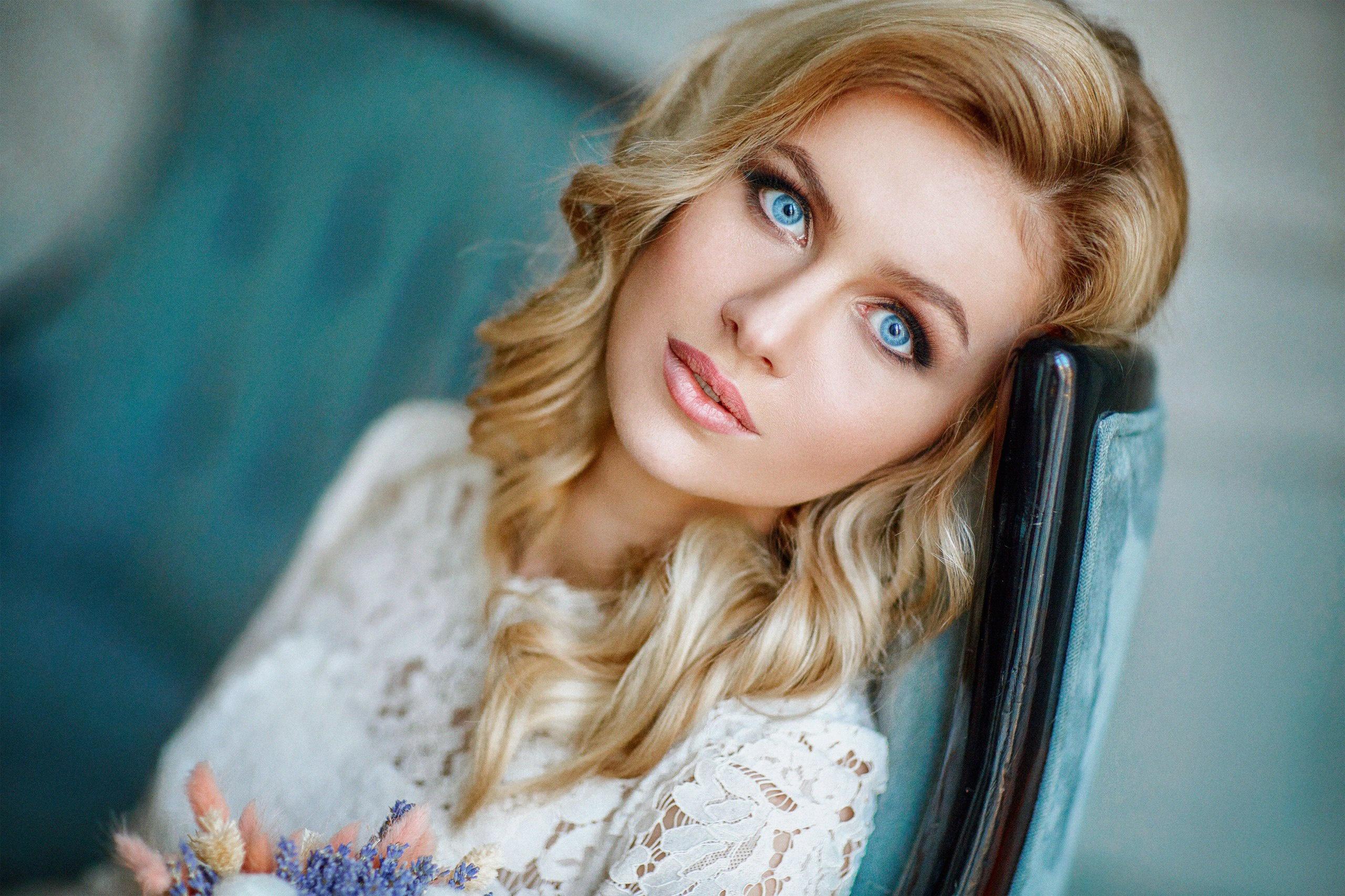 tupaya-goluboglazaya-blondinka-ebut
