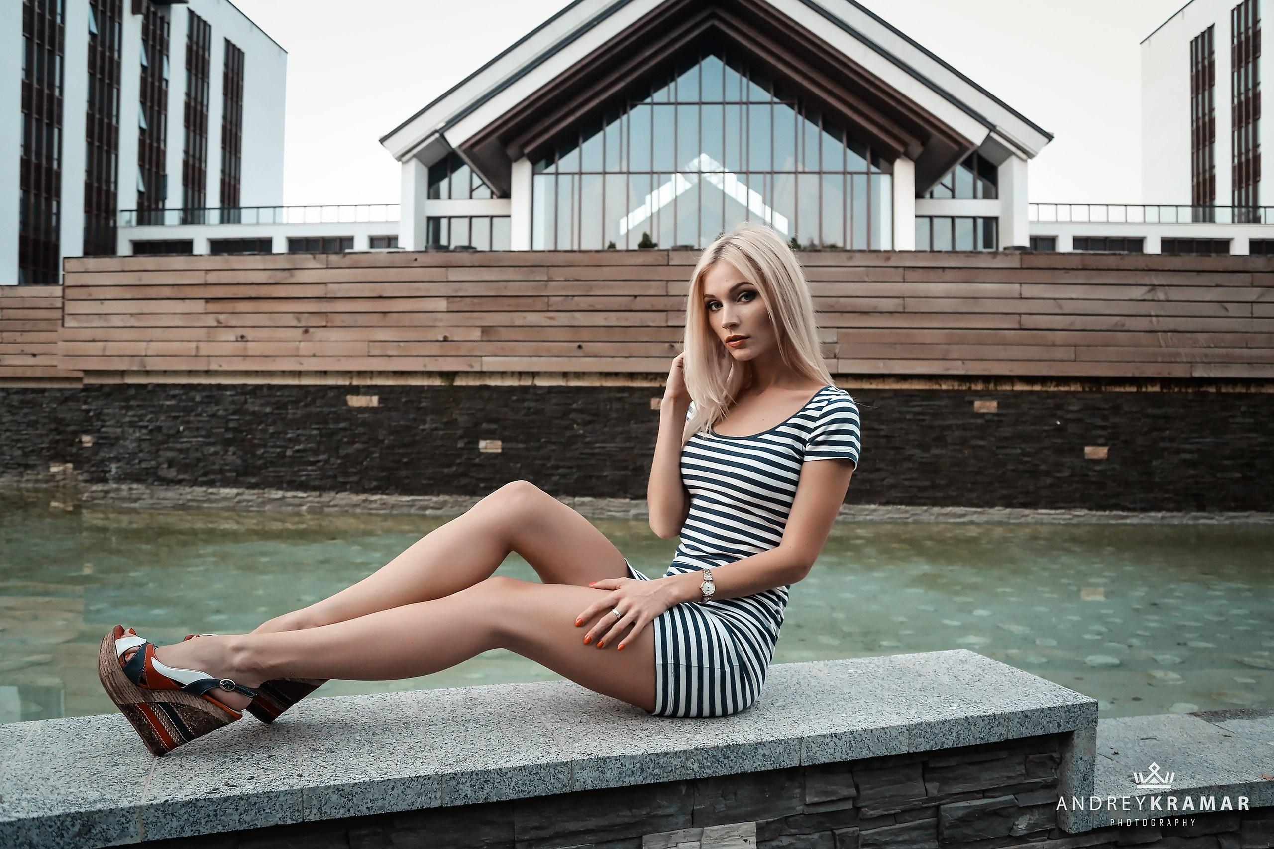 ноги дрожат у блондинки неё была