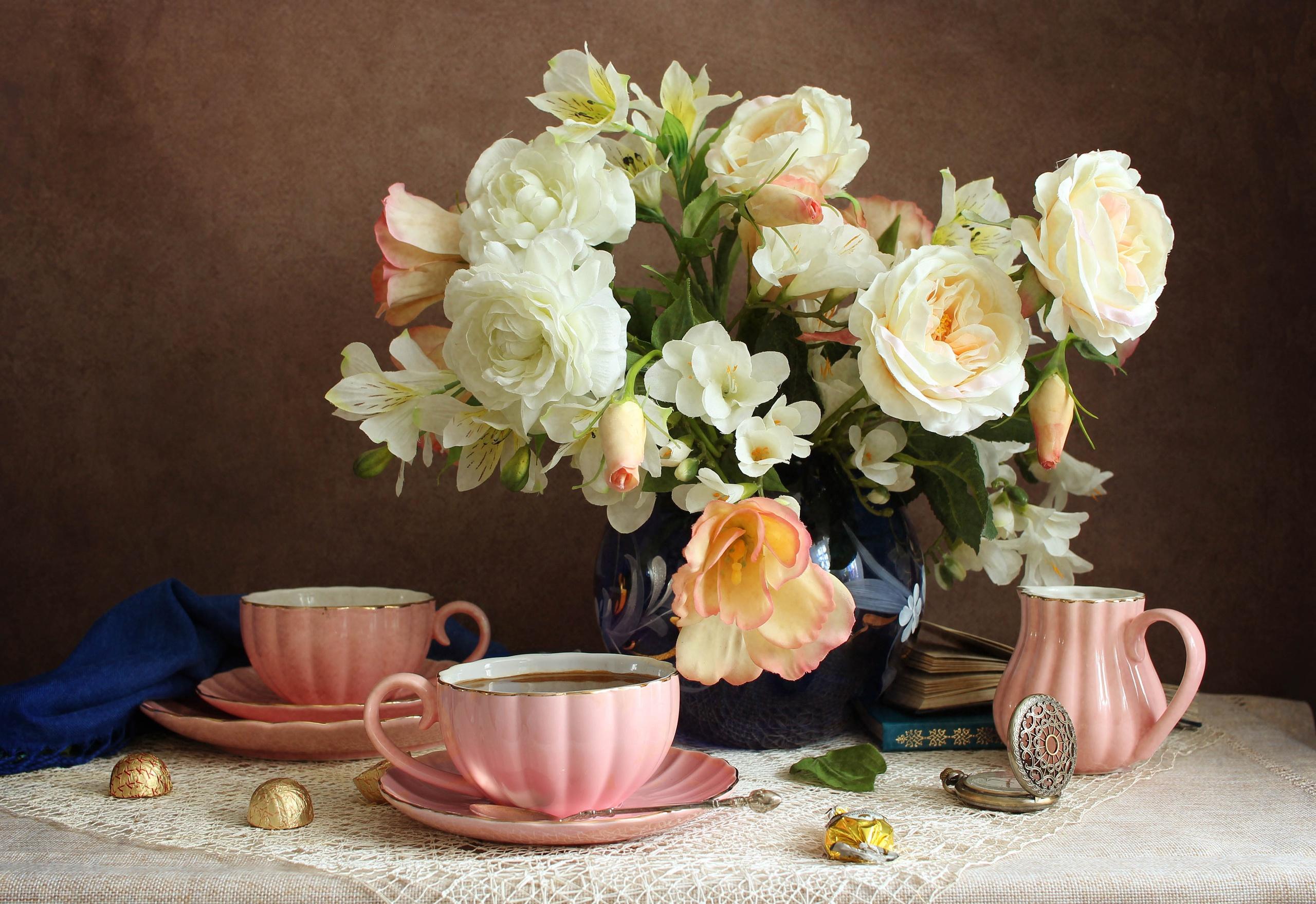 vaza-tsvety-rozy-alstriomeriia-chashki-m