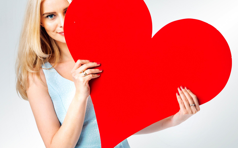 Картинки сердечки девушка держит в руках