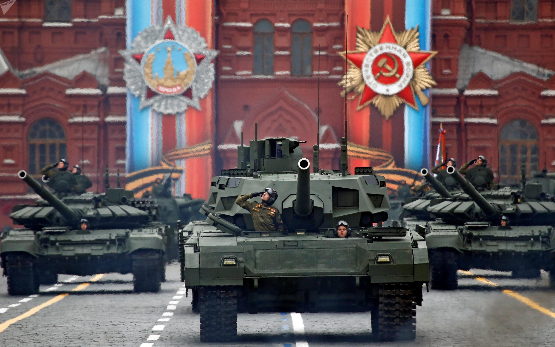 T14 Armata e T-90 desfilando na Praça Vermelha em Moscou