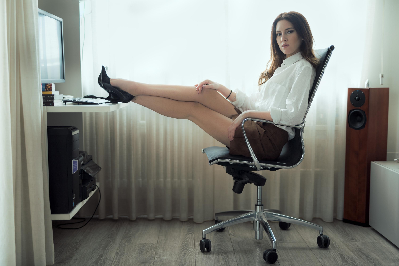 обещанные на стуле нога за ногу фото одеты латекс просто