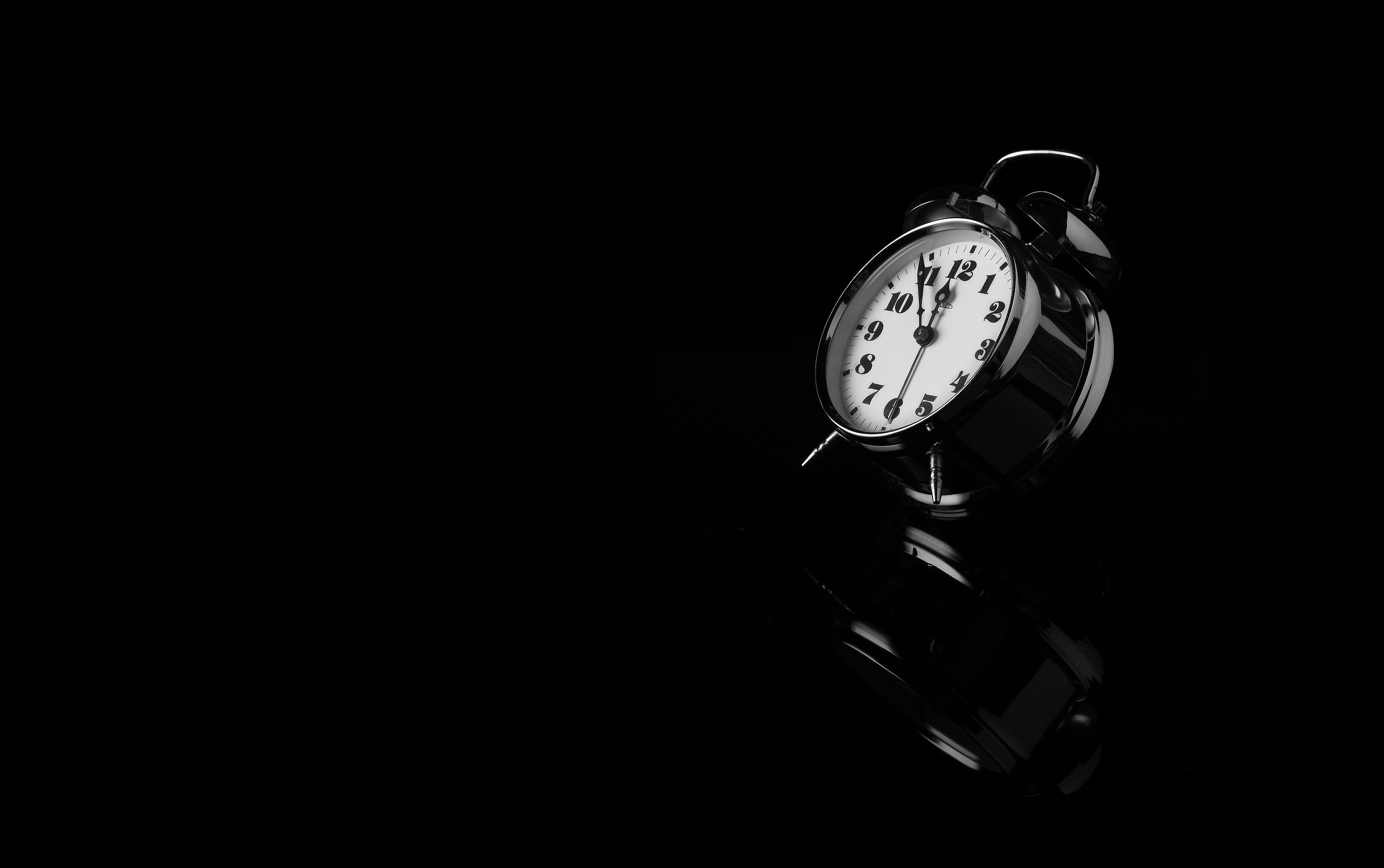 картинка часов на черном фоне особенность дома дворцовый