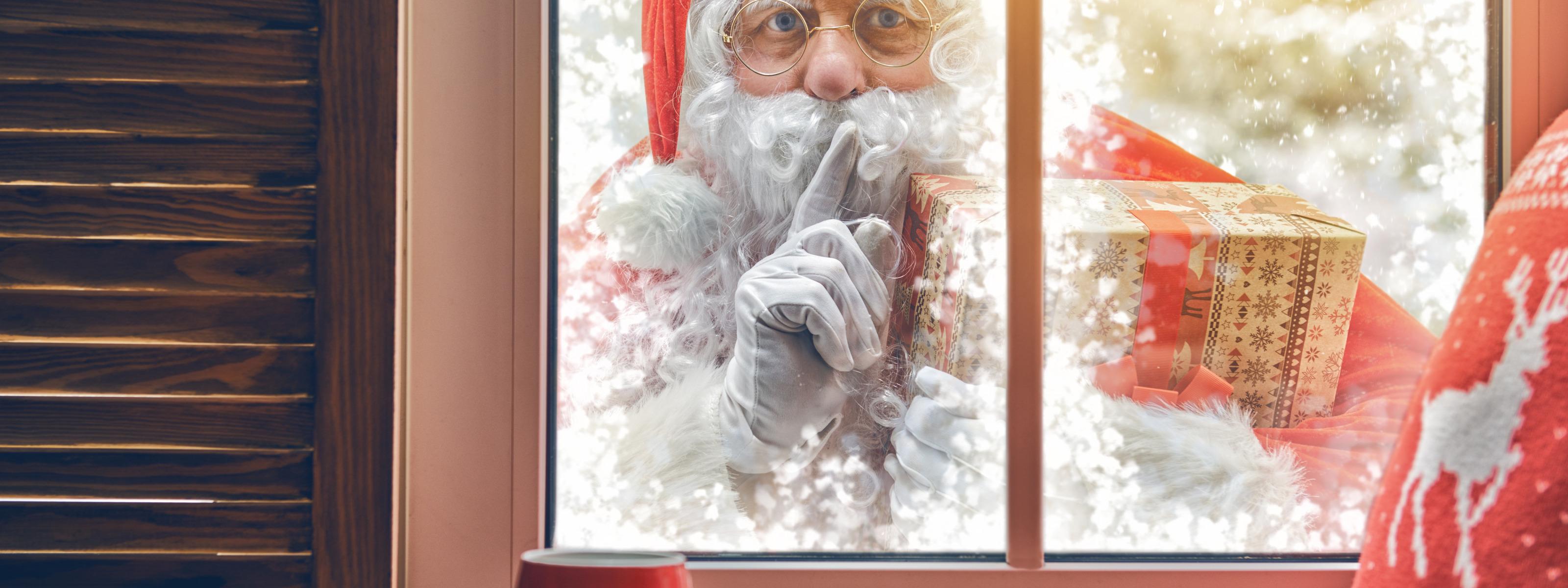 картинки гиф дед мороз дует снег с наступающим подборка самых