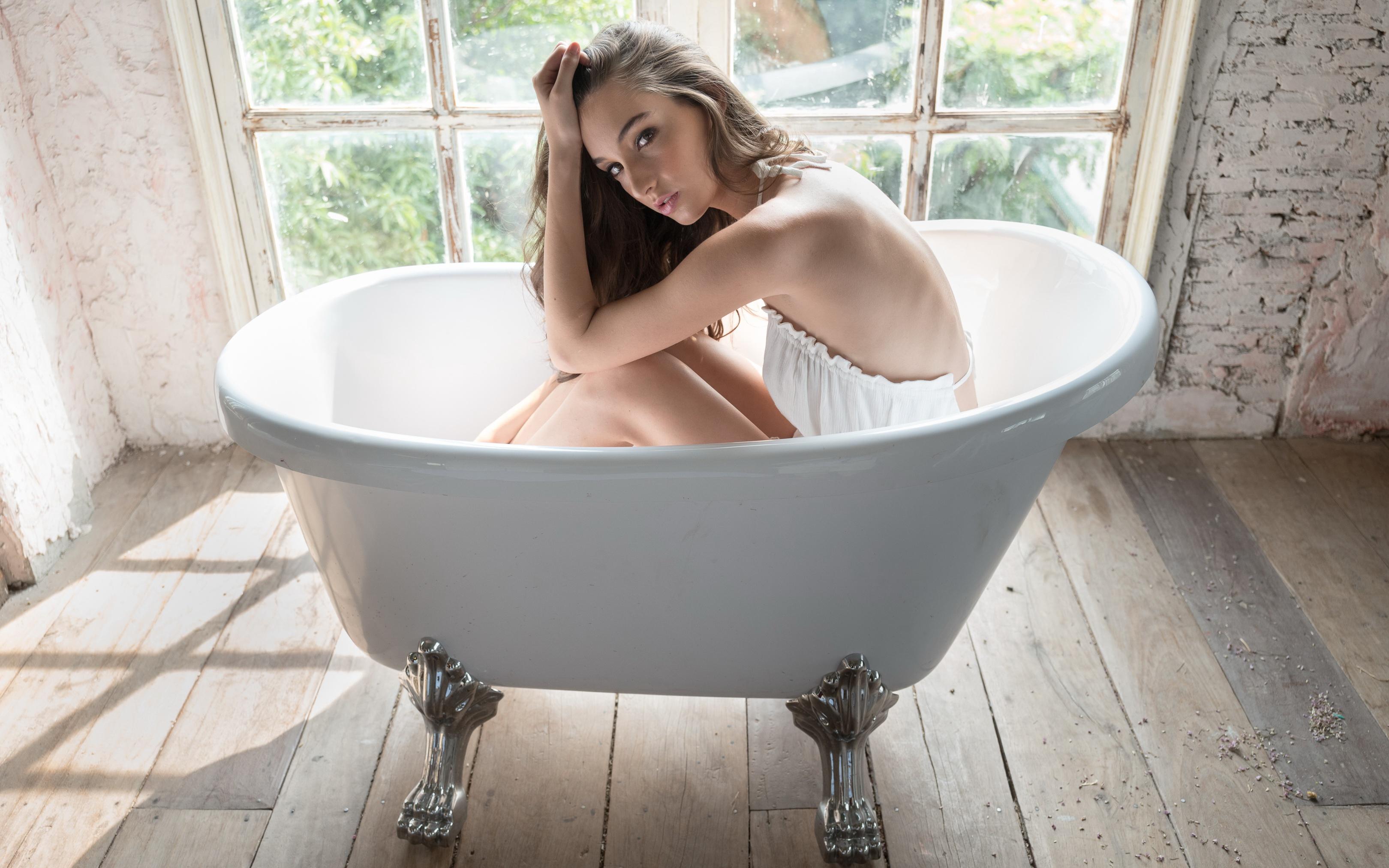 Фото в ванной в белье, Очаровательные девушки в ванной комнате и душе 11 фотография