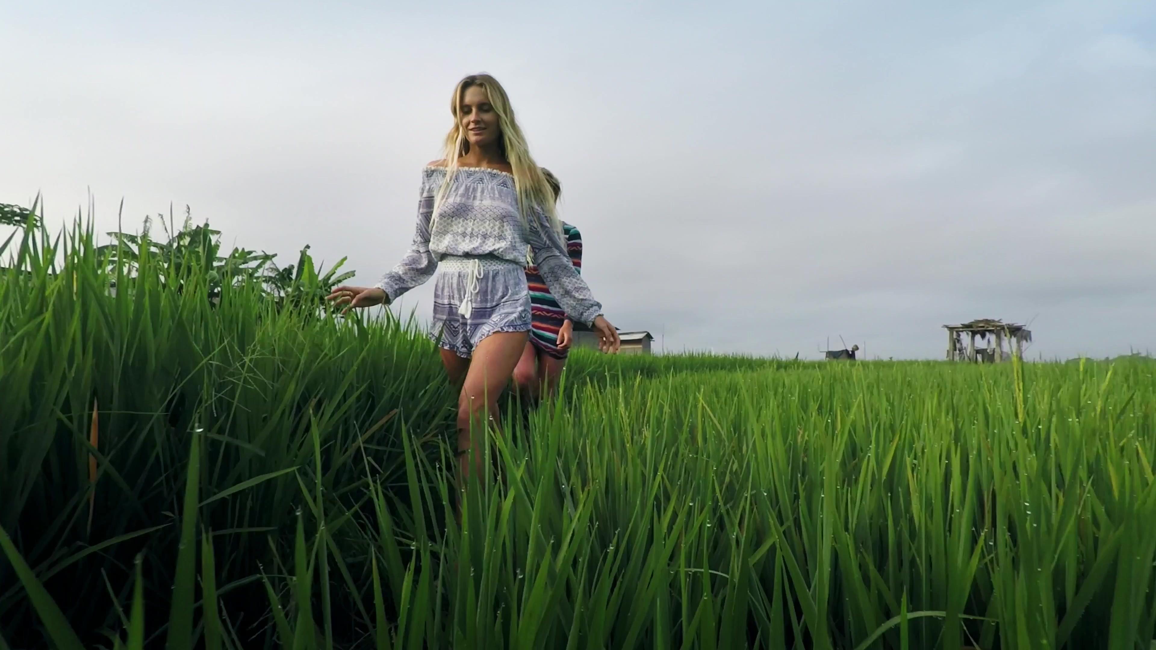 Девушка в траве  № 559836  скачать