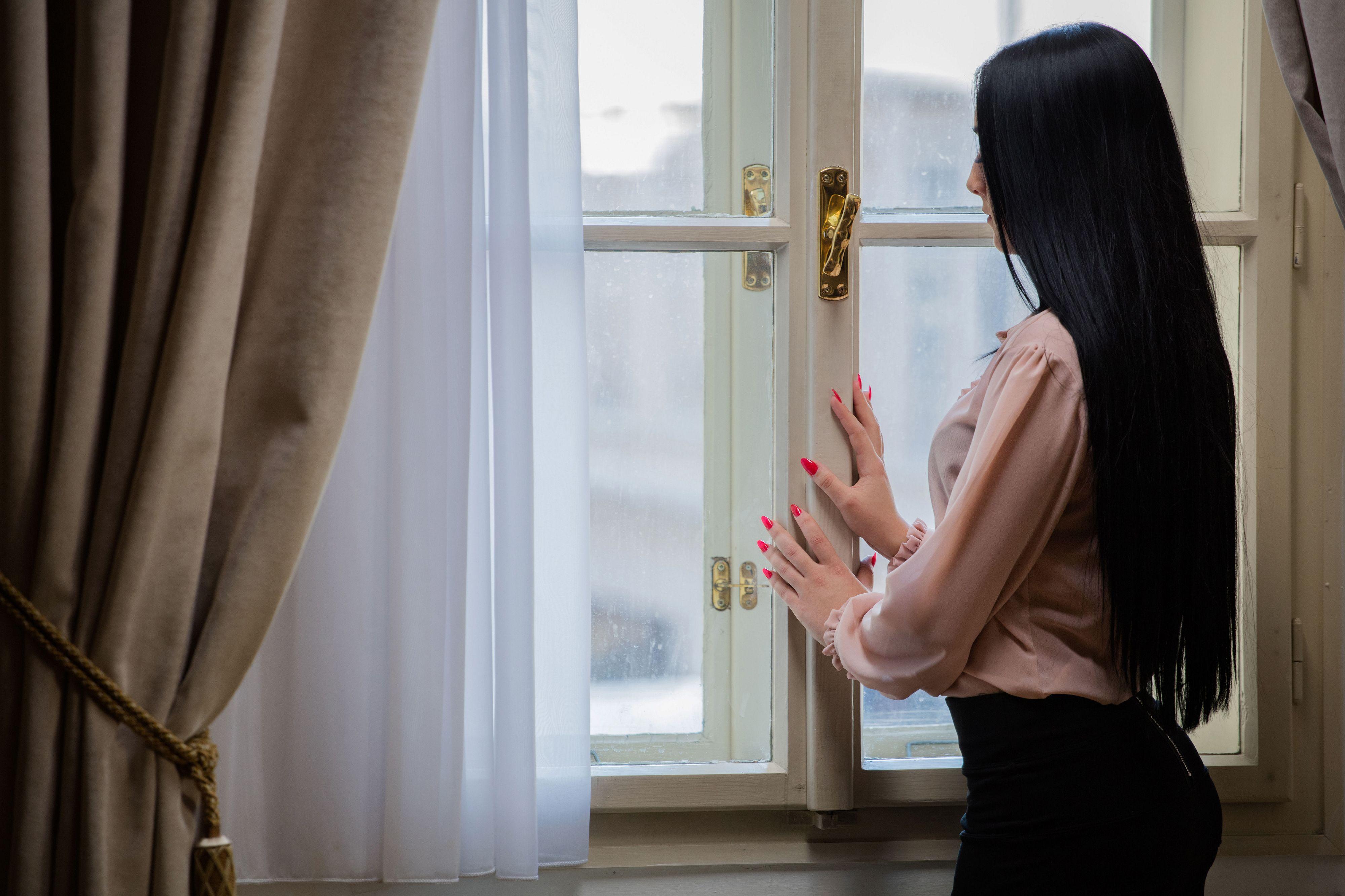 картинки девушка возле окна брюнетка эти устройства