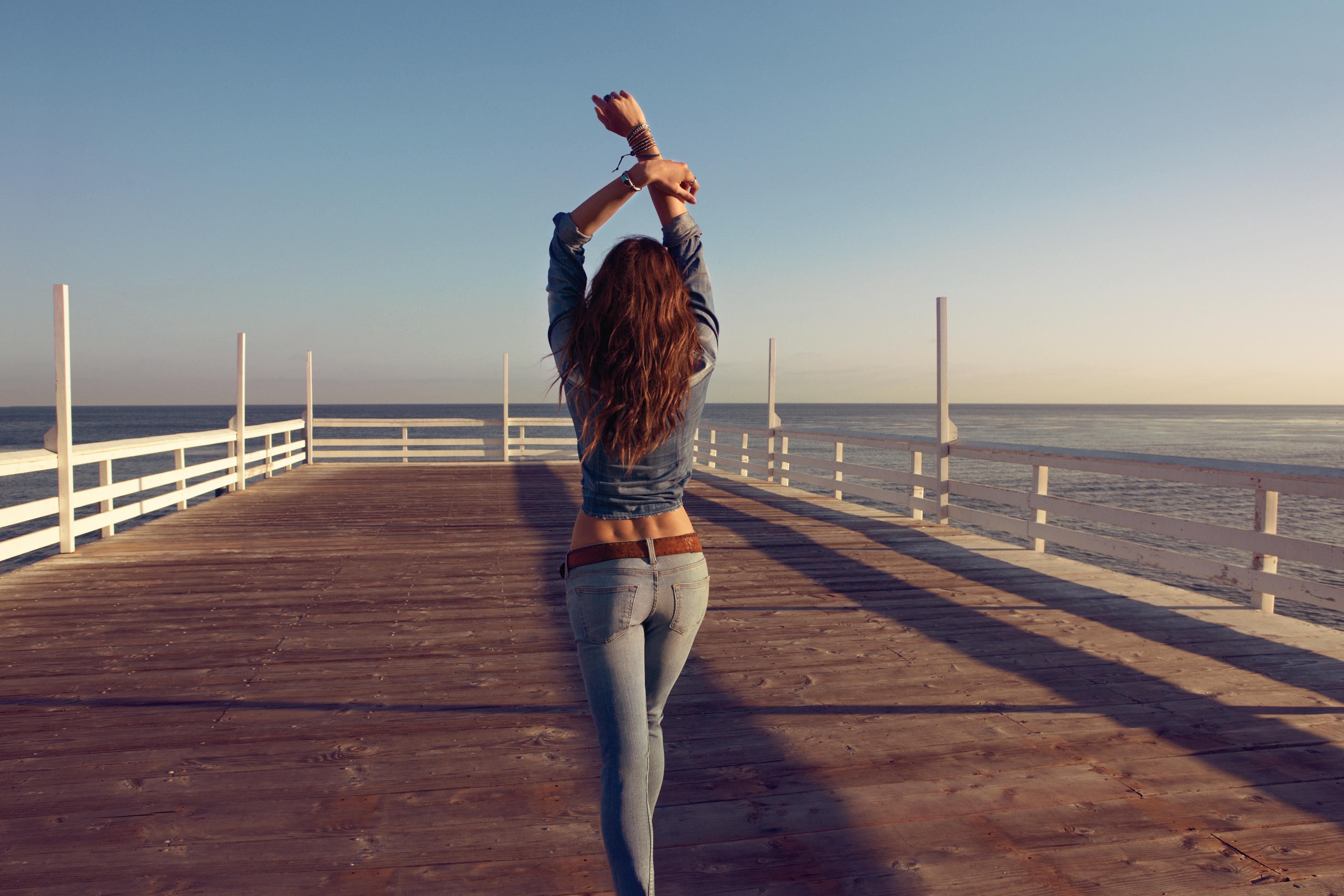 Красивые фото девушек на море со спины