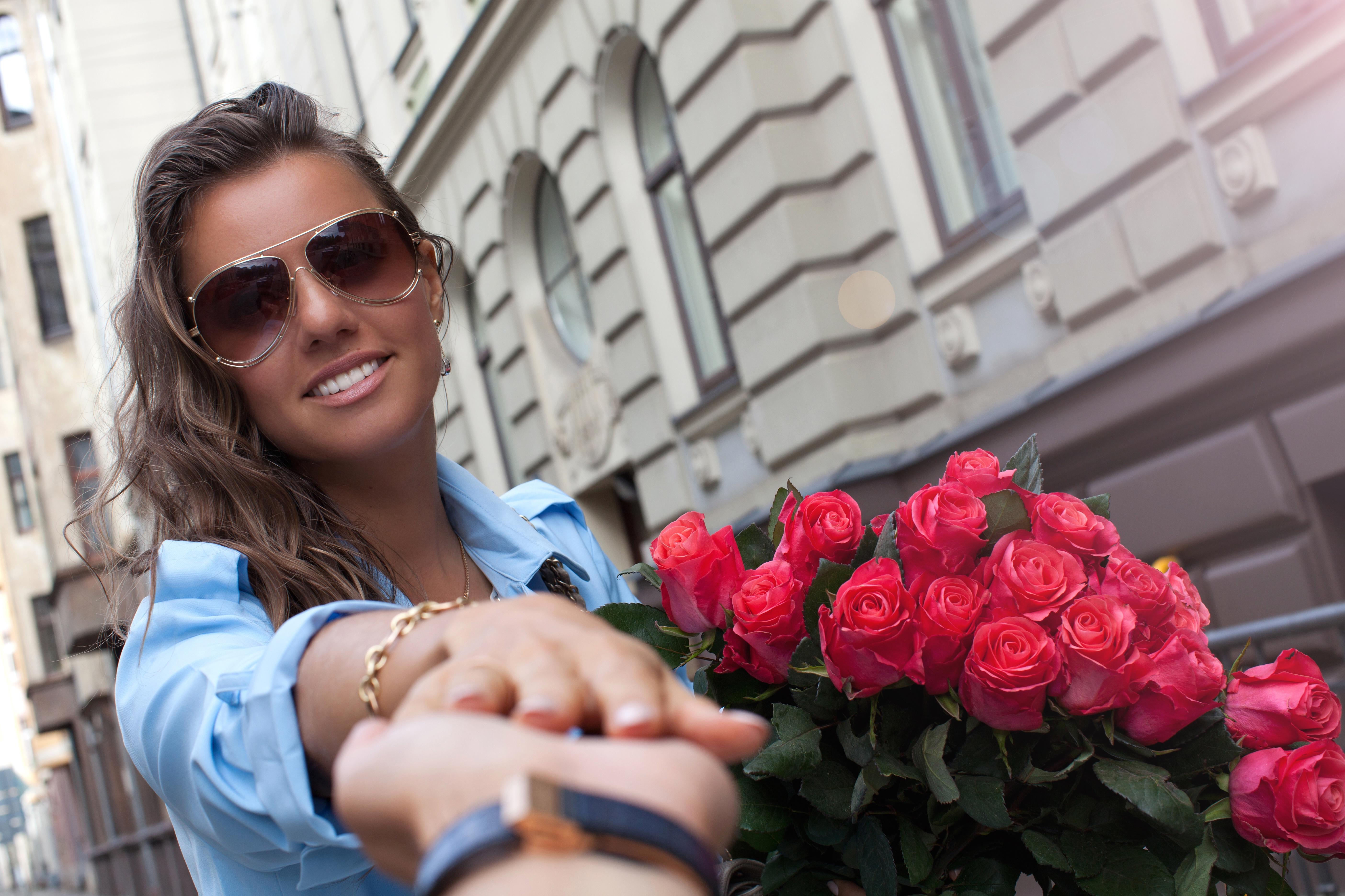 Девушка с большим букетом роз картинки