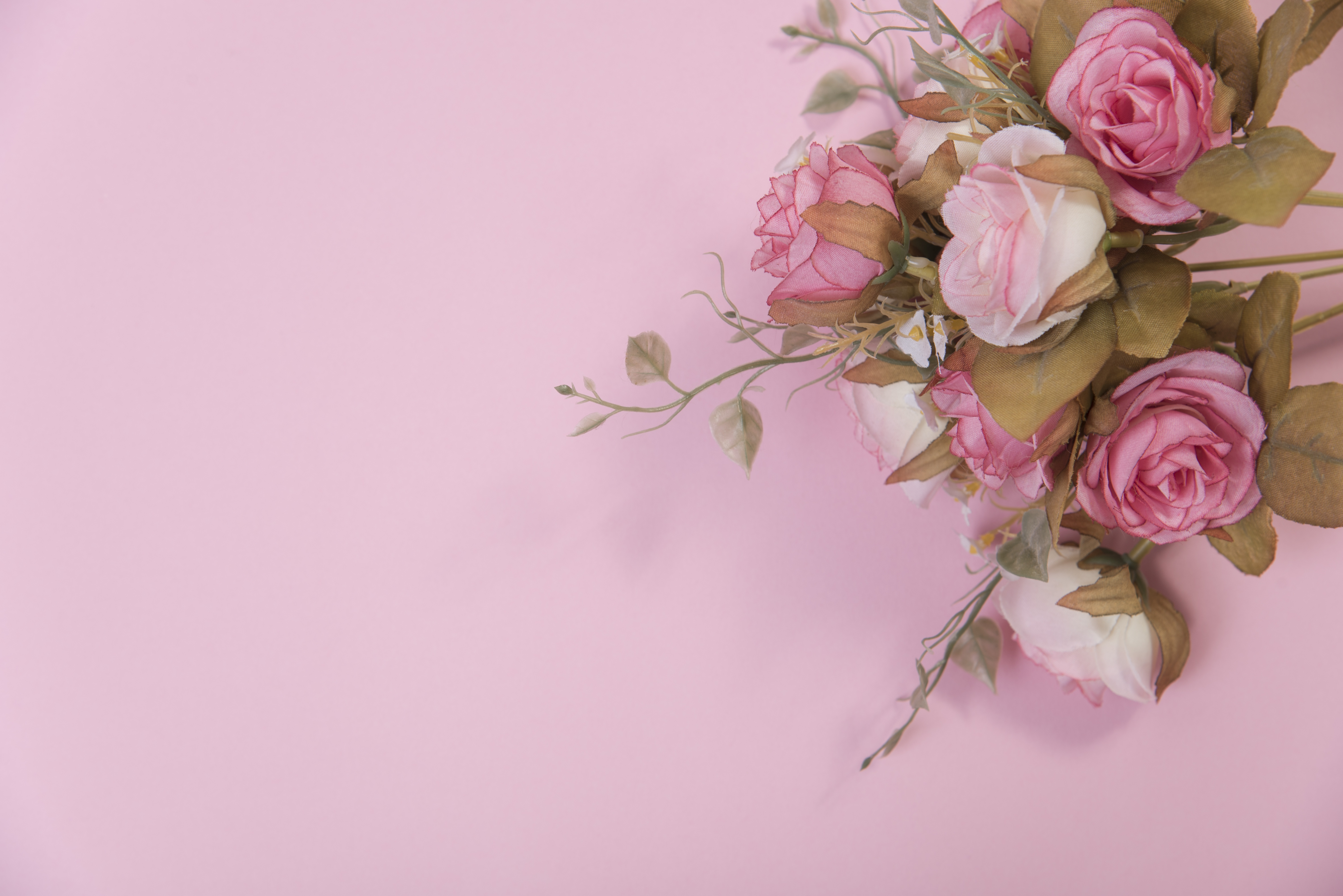 Фон с букетом цветов сбоку