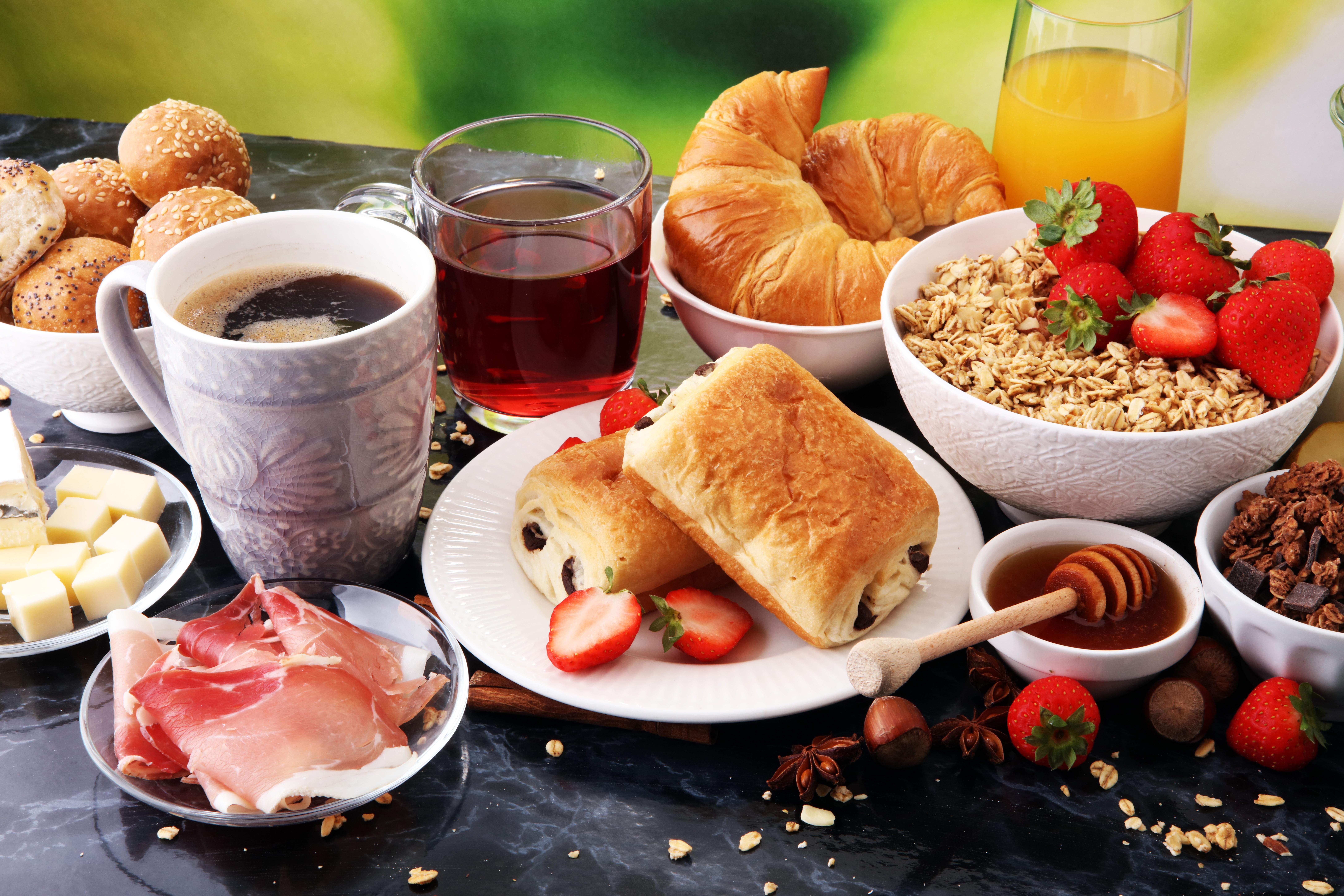 https://img4.goodfon.ru/original/8688x5792/3/64/zavtrak-chai-kofe-sok-bulochki-ovsianka-iagody-kruassany-syr.jpg