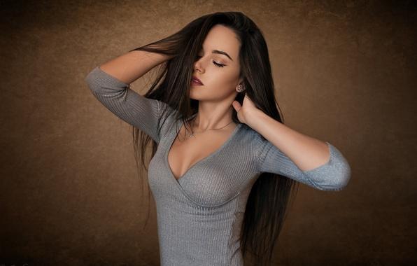 Картинка девушка, поза, фон, макияж, платье, брюнетка, прическа, стоит, красивая, Katya, закрыв глаза, Dmitry Sn
