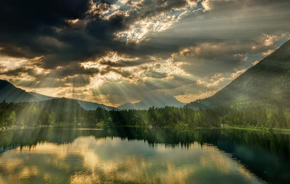 Картинка лес, облака, лучи, горы, озеро