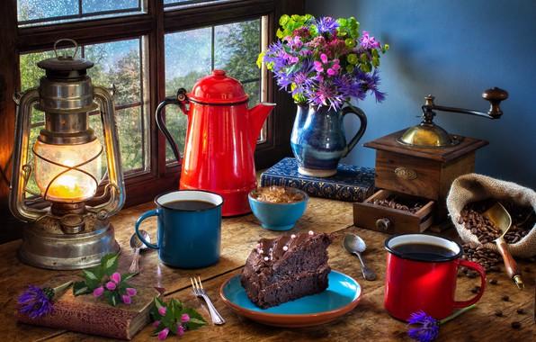 Картинка цветы, стиль, книги, лампа, кофе, букет, окно, фонарь, кружки, натюрморт, кофейные зёрна, тортик, кофемолка, кофейник