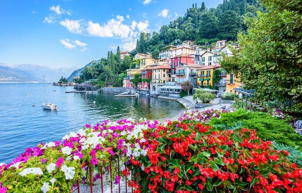 Картинка цветы, озеро, здания, дома, яхта, Италия, набережная, Italy, Ломбардия, Lombardy, Lake Como, Varenna, Варенна, Озеро …