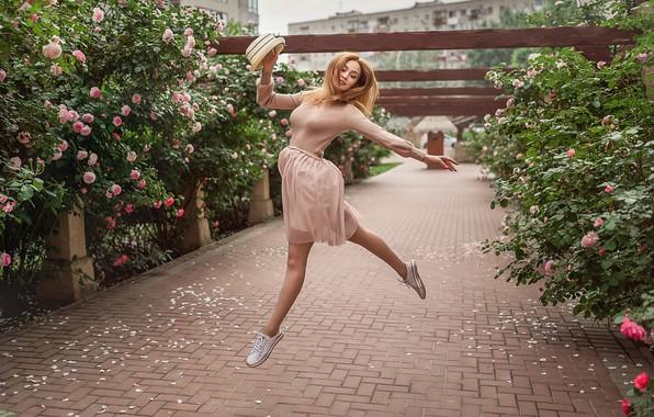 Картинка девушка, цветы, настроение, прыжок, розы, танец, шляпа, рыжая, рыжеволосая, кусты, Георгий Дьяков, Кристина Кардава