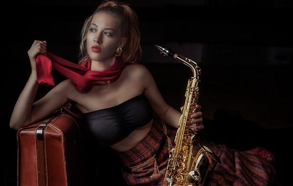 Картинка девушка, чемодан, саксофон