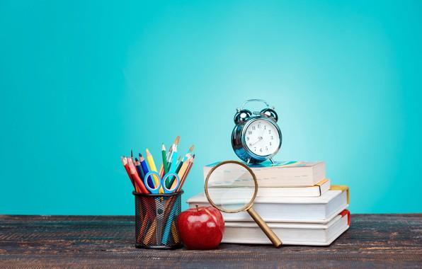 Картинка стол, фон, часы, книги, яблоко, карандаши, будильник, лупа, ножницы, кисточки, канцелярия