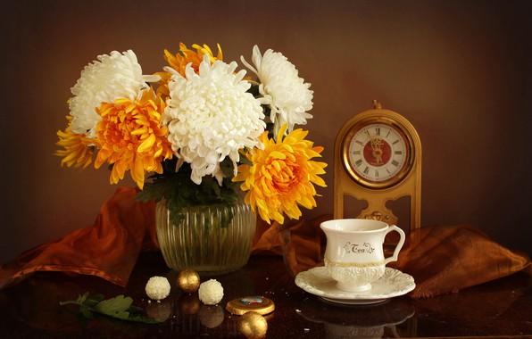 Картинка стол, часы, конфеты, чашка, ваза, белые, натюрморт, хризантемы, жёлтые, блюдце, скатерть