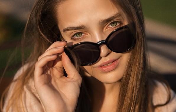 Картинка взгляд, солнце, крупный план, лицо, модель, рука, портрет, макияж, очки, прическа, шатенка, красотка, боке, Tina, …