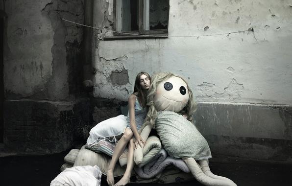 Фото обои девушка, город, сон, кукла, окно, босая
