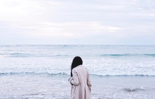 Картинка море, волны, девушка, брюнетка, плащ